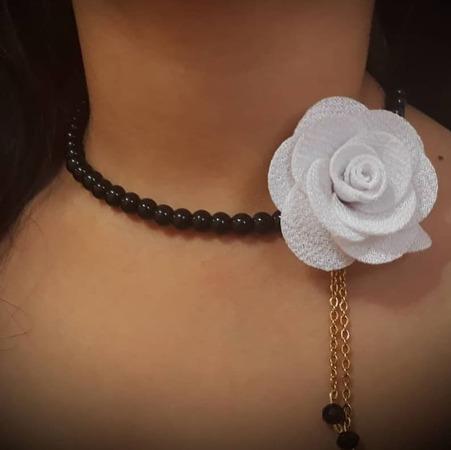 گلو بند گل آویز دار
